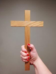 käsi pitelee ristiä